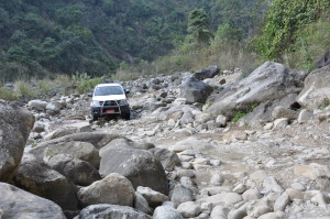 De moeizame route naar de afgelegen projecten vereisen oa. goede wagens en voldoende brandstof
